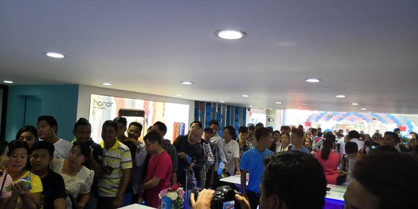 Honor fans in Myanmar line up to try out Honor's cool gadgets