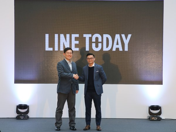HyunBin Kang, Senior Vice President of Business Development Division of LINE Plus Corporation and Gareth Lau, Editorial Team Lead of LINE Hong Kong, officiate the launch of LINE TODAY in Hong Kong.