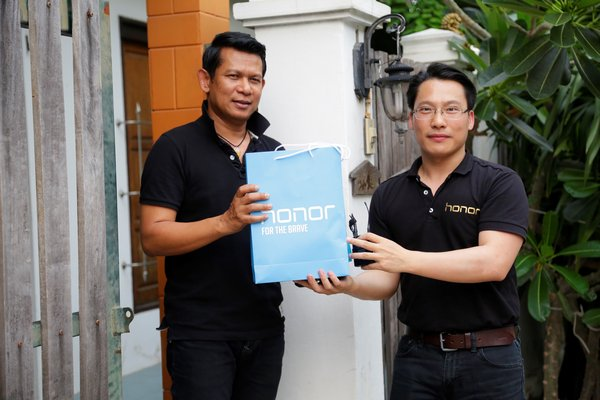 Akin Li, President of Honor Southeast Asia (right) and the first Honor buyer in Thailand (left)