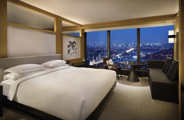 New Premium guestrooms have been conceived to best appreciate the spectacular city views.