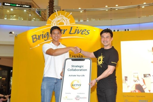 Mr Raymond Lew, CEO & President / Country Head of Sun Life Malaysia (right) working hand-in-hand with Datoa�� Chevy Beh, Founder of BookDoc, to help Malaysians #LiveHealthierLives with SunActiv.