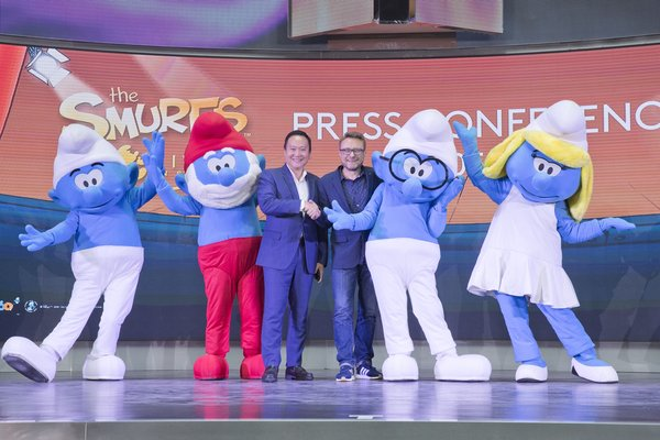 (From left to right) Mr. Kevin Tann, Vice President of Promotions & Entertainment Department of Resorts World Genting and Mr. Nick Larkin, Executive Producer for The Smurfs Live on Stage-The Smurfs Save Spring taking a group photo with Clumsy, Papa Smurf, Brainy and Smurfette.