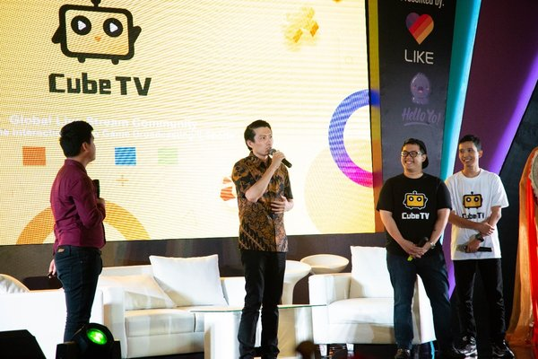 "Mobile Legend. Mr. Caya Yan, Operational Director of Mobile Legend ""Mobile Legend will partner Cube TV to roll out its esports activities and promotion in Indonesia and more to come."" 2nd right Professional gamer Micheal Souw and most right Mr. Fearus)"
