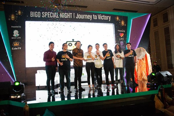 Cube TV Idonesia team sealing partnership with Mobile Legends together with professional Micheal Seouw (2nd from left) and Mr Fearus (4th from right)