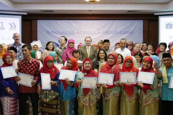 Graduating teachers and principals from the seventh intake of the Innovative Schools Program (ISP) proudly pose with their certificates alongside the French Ambassador to Indonesia Jean-Charles Berthonnet, Ibu Hj. Suryani from the Jakarta Education Agency (Diknas), Emmanuel from Yayasan Emmanuel and Greg Zolkowski from JIS.