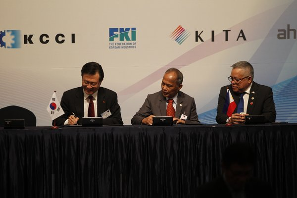 Yu Jeong-Joon, SK E&S President and Chief Executive Officer (left), Alfonso Cusi, Department of Energy Secretary (middle), Ramon Lopez, Department of Trade and Industry Secretary (right) signing the LOI.