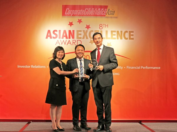 "Mr. C.F. Kwan (right), Director - Corporate Communications and Investor Relations, and Ms. Cathy Leung (left), Senior Manager - Investor Relations of Hang Lung Properties, receive the ""Best Investor Relations Company (Hong Kong)"" honor presented to Hang Lung at the 2018 Asian Excellence Awards."