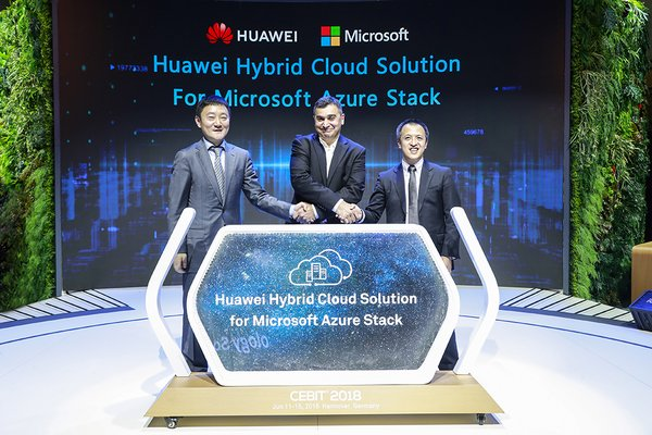 Lu Qi (left), President of Marketing & Solution Sales Dept of Huawei's Enterprise Business Group, Qiu Long (right), President of Huawei's IT Server Product Line and Vijay Tewari (middle), Partner Director, Azure Stack Infrastructure, Microsoft release Huawei hybrid cloud solution for Microsoft Azure Stack