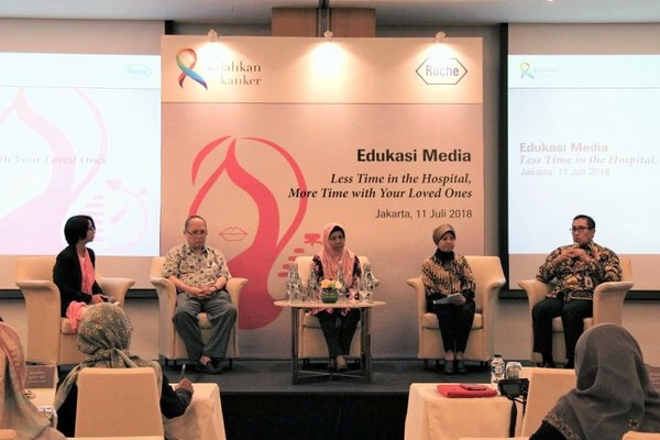 Panel discussion. Left - right: Lucia Erniawati, Head of Market Access & Corporate Affairs, PT Roche Indonesia (Moderator); Dr. dr. Nugroho Prayogo, SpPD-KHOM, Investigator SafeHER Indonesia; Zr. Musrini, S.ST, Oncology Specialist Nurse; Dr. Diah Ayu Puspandari Apt. M.Kes, MBA, Center for Health Financing Policy and Insurance Management (KPMAK)