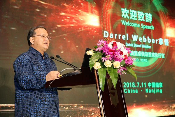 Dutuk Darrel Webber, Chief Executive Officer of RSPO, gives a speech at the launch.