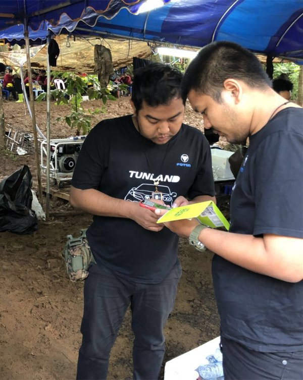 Mr. Phanuwat and Mr. Apichart from Foton Thailand assisted a rescuer in repairing the communication equipment