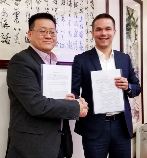 Steven YAP, CEO of M800 (Left) and Samuli Tursas, CEO of Liana Technologies (Right), displaying the signed agreement of the partnership.