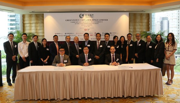 On 16 July, Greentown hosted a loan agreement signing ceremony in relation to its US$800 million equivalent dual-currency USD and HKD unsecured term loan facility with 18 major banks in Hong Kong lead arranged by The Hongkong and Shanghai Banking Corporation Limited. Mr. Li Qingan, Executive Director of Greentown China (middle in the front row) and Mr. Simon Fung, Chief Financial Officer of Greentown China (left in the front row) attended the ceremony.