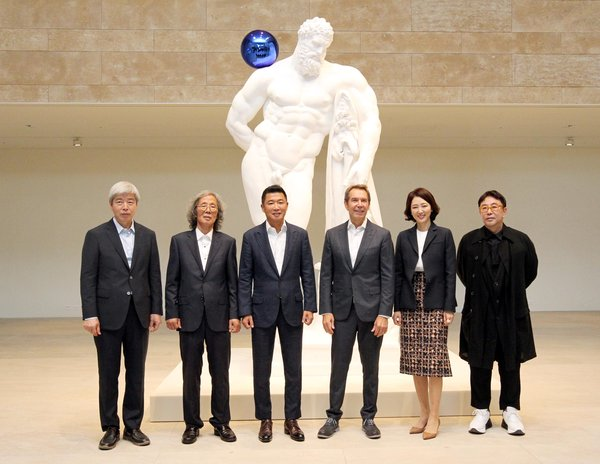 Art-tainment resort Paradise City today opened Paradise Art Space, an onsite, purpose-built exhibition space for modern and contemporary art on September 17, 2018. The unveiling ceremony was attended by (from left) Lee Bae, Kim Hodeuk, Paradise Group Chairman Phillip Chun, Jeff Koons, Director of Paradise Culture Foundation Elizabeth Chun, and director Jung Kuho.