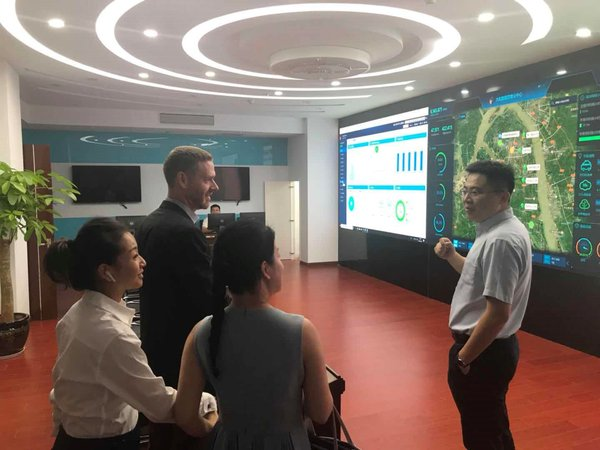 Mr. Kong Xiangzhao, general manager of Dahang Microgrid, introduced its existing solar projects and operation status at the Intelligence O&M management center.