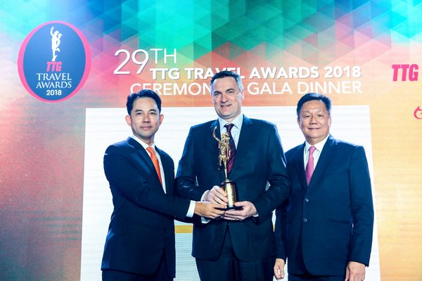 (l-r) Guest of honour, Mr Itthiphol Kunplome, Vice Minister of Tourism and Sports, Thailand, presents Mr Nicholas Waring, Director of Franchise Development, Hertz Asia Pacific, with the Hall of Fame accolade alongside Mr Darren Ng, Managing Director of TTG Asia Media (right).