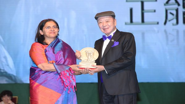 Dr. Lui Che Woo presents the Positive Energy Prize to Dr. Rukmini Banerji, CEO of Pratham Education Foundation.