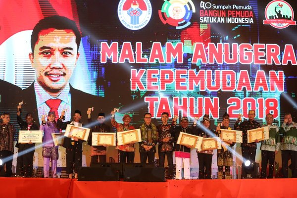 Indonesian Minister of Youth & Sports, Imam Nahrawi, awarded young achievers and top cities of Kota Layak Pemuda at Balai Samudera Jakarta on Monday (29/10).