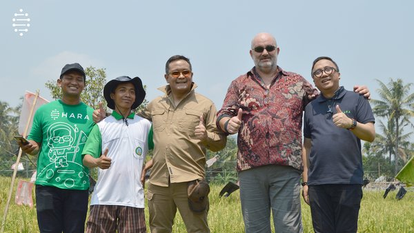 [left-right] HARA field agent, farmer, HARA CEO Regi Wahyu, Amazon VP & CTO Werner Vogels, & HARA CTO Imron Zuhri visiting the rice fields in Indonesia for a live demonstration of how HARA's technology is being used to benefit the rural communities of smallholder farmers.