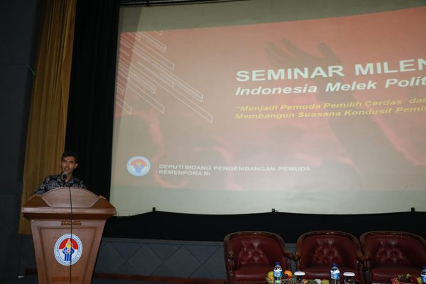 Indonesian Deputy Minister of Youth Development, Asrorun Ni'am Sholeh, delivering his opening speech at the political literacy seminar yesterday