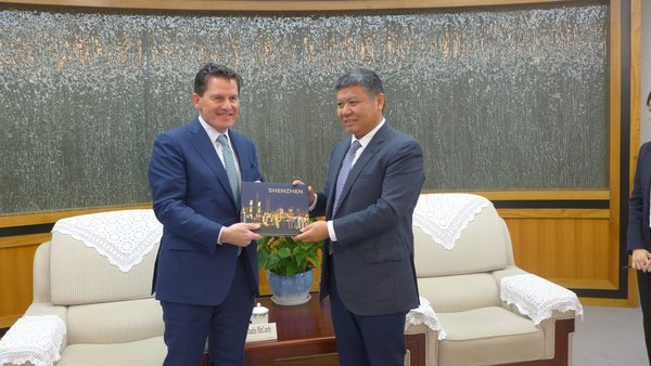 Wang Lixin (right), Vice Mayor and member of the Party Leadership Group of the Shenzhen Municipal People's Government, and Informa Global Exhibition CEO and President Charlie McCurdy exchange souvenirs