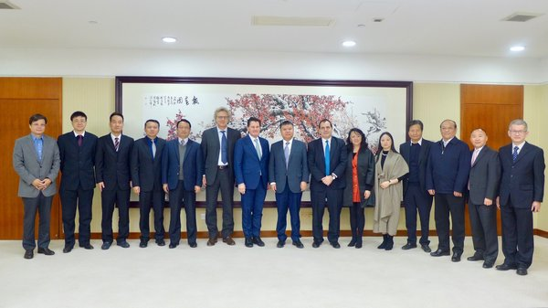 Wang Lixin, Vice Mayor and member of the Party Leadership Group of the Shenzhen Municipal People's Government, poses for a group photo with the representatives