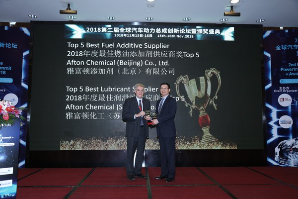 """Mr. Bill Russo, Chairman of the Automotive Committee at the American Chamber of Commerce in Shanghai, presented the two """"Top 5 Best Supplier"""" awards to Mr Michael Liang, Asia Pacific Technology Director, Afton Chemical."""