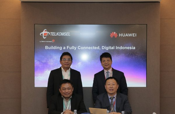 Telkomsel and Huawei signed a MoU to cooperate in accelerating ecosystem and infrastructure development towards achieving the development of Digital Indonesia. (standing left to right: CEO PT Telkom Group Alex J Sinaga & Deputy Chairman & Rotating CEO Huawei Guo Ping. Sitting left to right: CEO PT Telkomsel Ririek Adriansyah & President Southern Pacific Region Huawei Jeffrey Liu)