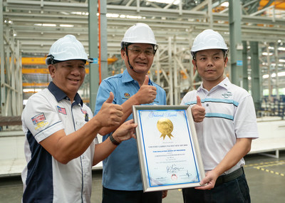 Group photo of Edwin Yeoh, one of the judges on the Malaysia Book of Records jury (left), Baru Bian, the Minister of Works, Malaysia (middle) and Wang Anhui, executive general manager of Forest City, at the award ceremony