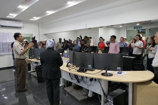 Dato' Ir. Jaseni Maidinsa giving visiting water industry players and the media a brief explanation in the Command Center on how things work at the Sungai Dua Water Treatment Plant.