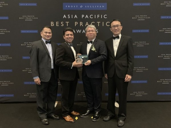 Mr. Jackie Chang (center right), Delta Vice President of SEA and India Region, receiving award on behalf of Delta