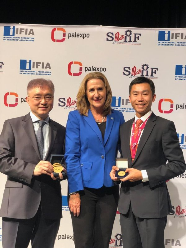 Mr Andrew Young, Associate Director (Innovation) of Sino Group (right), received the recognitions on behalf of Sino Group and the Hong Kong Innovation Foundation.