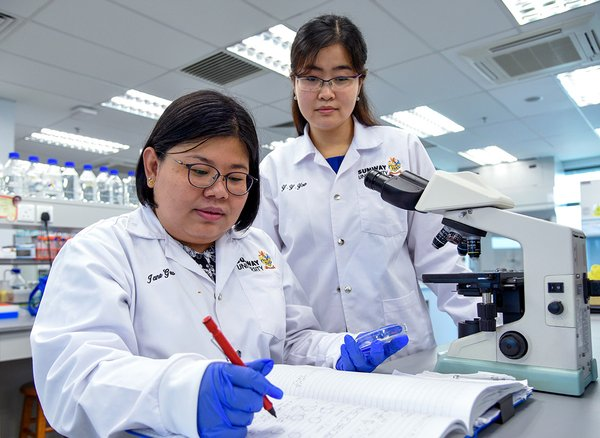 Dr Jane Gew Lai Ti and Dr Yow Yoon Yen of the Department of Biological Sciences, School of Science and Technology, Sunway University