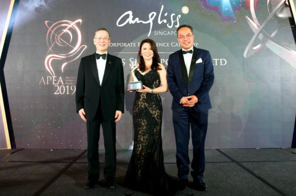 Angel Ding, Managing Director of Angliss Singapore receiving the APEA 2019 Corporate Excellence Award on behalf of the Company
