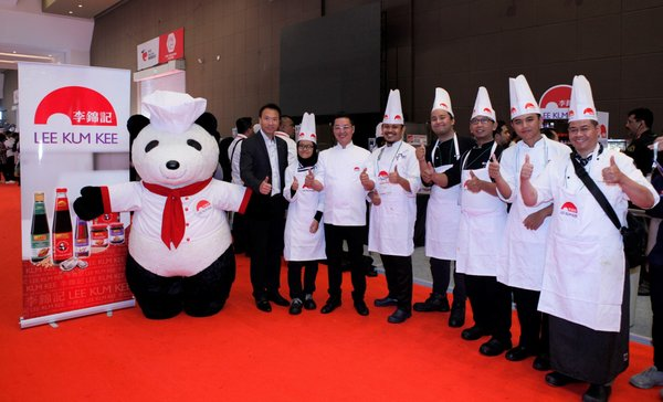 Lee Kum Kee is committed to nurturing culinary talent worldwide. Mr. Francis Chan, Chief Sales and Marketing Officer of Lee Kum Kee (first from left) and Michelin-starred Chef Kwok-keung Chan (third from left) show support to the contestants of Salon Culinaire Chef Competition (lamb category) sponsored by Lee Kum Kee.