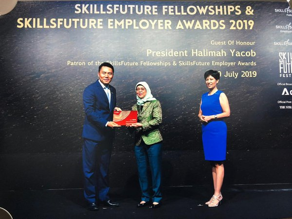 Dr. Qiu Hai, Schindler Lifts Managing Director, receiving the SkillsFuture Employer Award from Mdm Halimah Yacob on behalf of Schindler Lifts Singapore Pte Ltd.