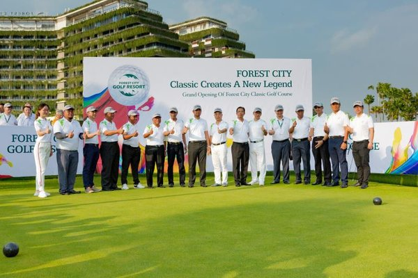 Johor Menteri Besar Dato' Dr Sahruddin Jamal and other guests witnessed the launch of the Classic Golf Course.
