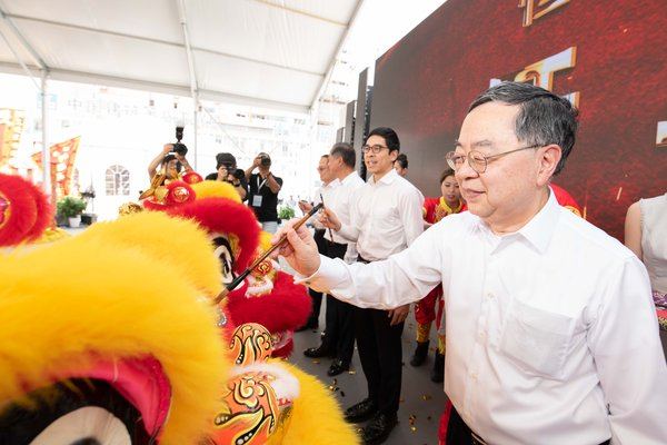 Hang Lung's management members take part in a traditional eye-dotting ceremony to celebrate the official debut of Hang Lung Properties' 11th large-scale commercial project on the Mainland.