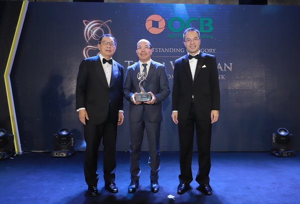 Mr. Trinh Van Tuan - Chairman of the Directors Board received the award (at the middle)
