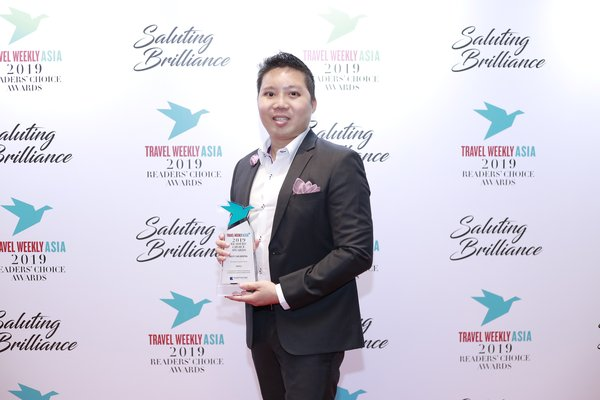 Brian Yeap, Business Development Manager, Hertz Asia Pacific, collects the Best Car Rental award at Travel Weekly Asia's Readers' Choice Awards on behalf of Hertz.