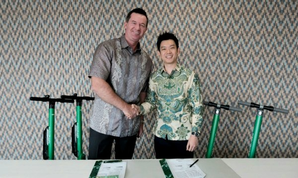 John Flood, President and CEO of Archipelago International and TJ Tham, GrabWheels CEO at the signing ceremony.