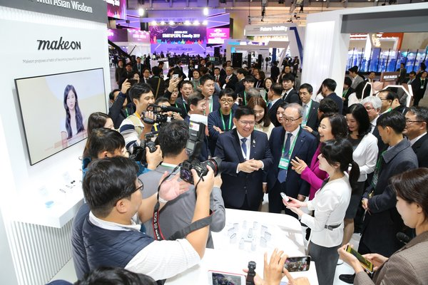 Thailand's Minister of Higher Education, Science, Research and Innovation Suvit Maesincee and South Korea's Minister of SMEs and Startups Park Young Sun visits the Amorepacific exhibition at the ASEAN-ROK K-Beauty Festival on November 25th, 2019 (Source Amorepacific)