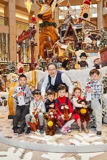 Mr Raymond Chow, Executive Director of Hongkong Land, joined with the villagers from Santa Paws Village to enjoy Santa Paws' magical market in celebrating all the festive sentiments of the holiday period.