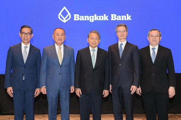 Bangkok Bank's senior executives, led by Deja Tulananda (center), Executive Chairman; Chansak Fuangfu (2nd left),Executive Director and Senior Executive Vice President; Charamporn Jotikasthira (2nd right), Executive Director; Chaiyarit Anuchitworawong (far right), Senior Executive Vice President; and Thaweelap Rittapirom (far left), Executive Director and Executive Vice President, announced the bank's plan to acquire Indonesia's Bank Permata.