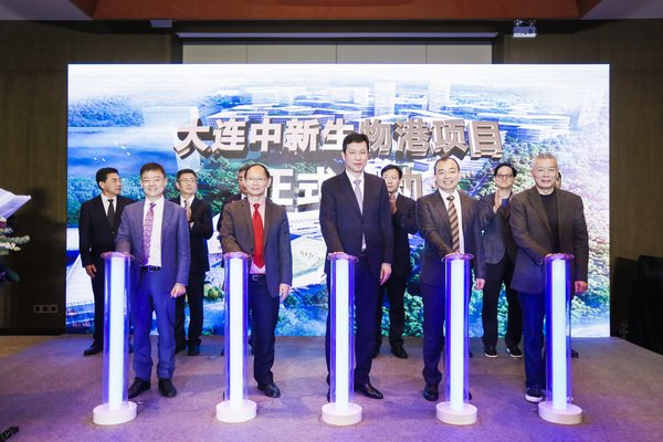 Official Launch of Sino-Singapore Biotech Hub First Row Middle: Mr. Guowei Jin, Deputy Mayor of Dalian Municipal Government 1st from left: Dr. Victor Li, Founder and CEO of Biosyngen Group 2nd from left: Prof. Wanjin Hong, Executive Director of IMCB Singapore 2nd from right: Mr. Frank Wang, Chairman of Biosyngen Group 1st from right: Mr. Liqun Wang, founder and chairman of Stone Capital.