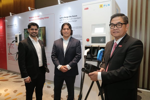 Dari kiri: Kumail Rashid (ABB Sales Manager - Asia Pacific, EV charging infrastructure), Jorge Aguinaga (ABB Head of Electrification, Indonesia), Dodon Ramlie (ABB Director, Indonesia)