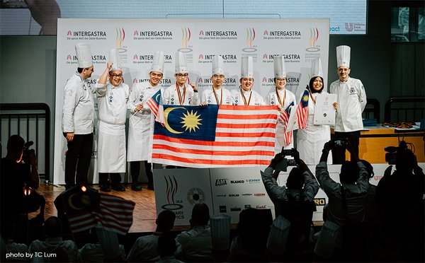 Chef Frank Widmann, Jury President and Chair of IKA Culinary Olympics 2020; Soon Pau Voon, Manager and Chief Coach, Malaysia National Youth Culinary Team; Amirul Ashraf, Tsen Jun Yan, Pang Jin Yong, Alicia Tay, Amanda Cheah and Ilya Dayana; with Chef Richard Beck President of the German Chef's Association, Verband der Köche Deutschlands e. V. (VKD)