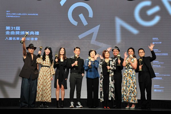 From the left: Hsuan Huang, Nana Lee, Shi Shi, Isaac Chen(Jury Chairman), Hsu Yi-chun(Director of Bureau of Audiovisual and Music Industry Development, Ministry of Culture), Emily Kuan and O-Kai Singers