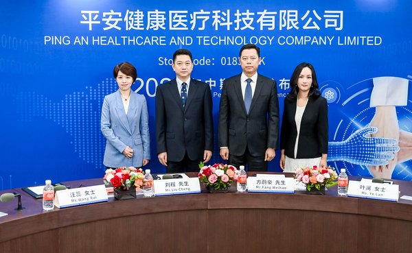 From left to right:Ms. WANG Rui, Vice President of Marketing; Mr. LIU Cheng, Board Secretary and Joint Company Secretary; Mr. FANG Weihao, Acting Chairman and CEO; Ms.YE Lan, Assistant to the General Manager and CFO, Ping An Healthcare and Technology Company Limited