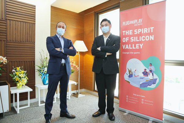 Mr. Worawat Pitayasiri, Senior Executive Vice President, Innovation and Digital, at PTT Public Company Limited with Mr. Shawn Dehpanah, Executive Vice President and Head of Corporate Innovation APAC Plug and Play Tech Center at PTT Plc Head Office